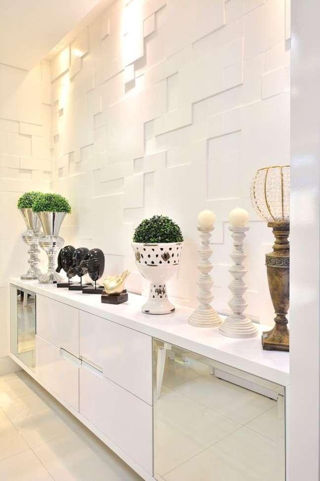 42. Decoração de gesso branco na parede da sala de jantar moderna com buffet espelhado – Foto Homify