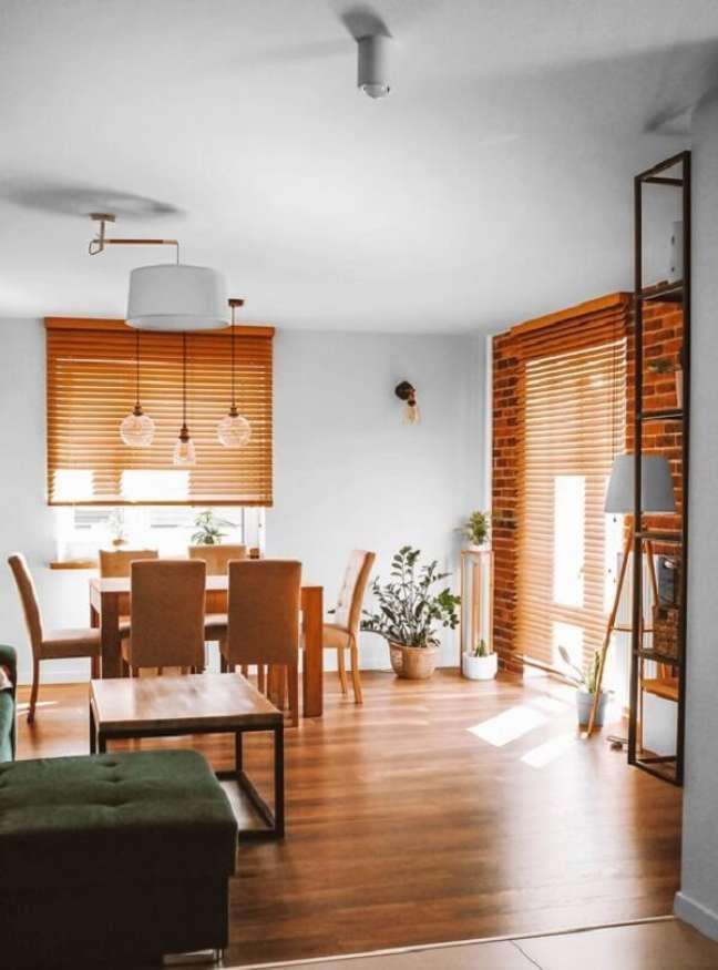 18. A persiana de madeira é uma ótima alternativa na decoração. Fonte: Pinterest