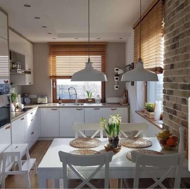 16. A persiana de madeira combinada ao tijolinho aparente traz um toque ainda mais charmoso para a decoração. Fonte: Pinterest