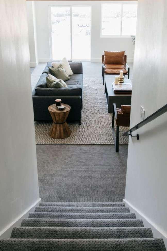 17. Carpete para sala cinza com tapete na área do sofá – Foto Stagg Design