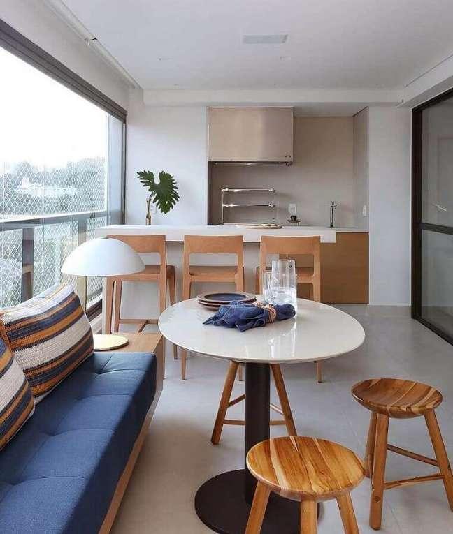 20. Banqueta de madeira para decoração de apartamento com varanda gourmet planejada – Foto: Pinterest
