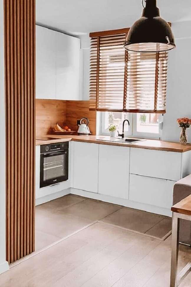 2. A persiana de madeira favorece visualmente a decoração de casas ou apartamentos. Fonte: Pinterest