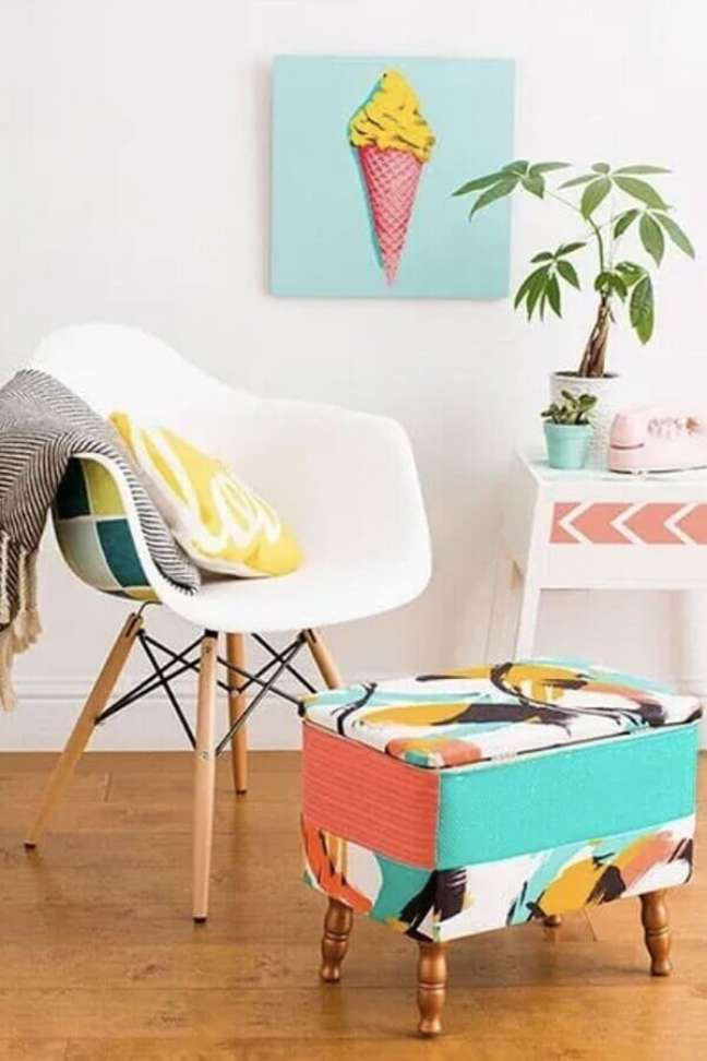 33. Decoração simples com cadeira eames e puff banqueta quadrado colorido – Foto: Jeito de Casa