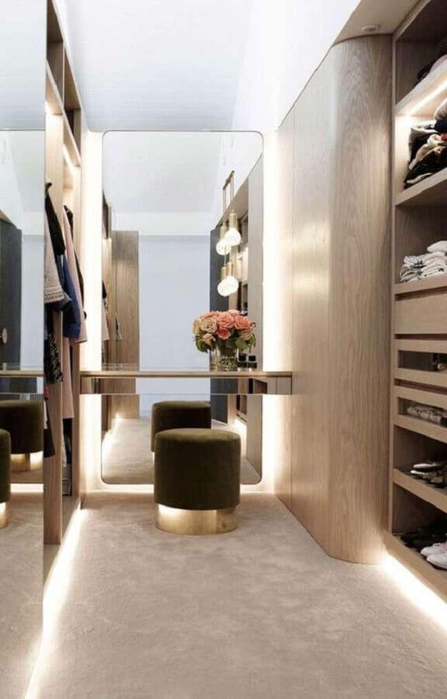 48. Puff banqueta redondo para decoração de closet planejado em cores neutras – Foto: Histórias de Casa