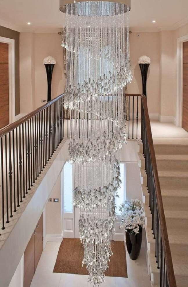 36. Lustre para escada interna repleto de cristais. Fonte: Pinterest