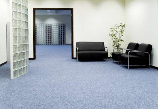 47. Sala de espera com carpete azul – Foto Mk Carpetes