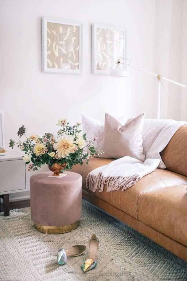 52. Puff banqueta redondo rosa para decoração de sala com sofá de couro marrom – Foto: The Blondie Locks