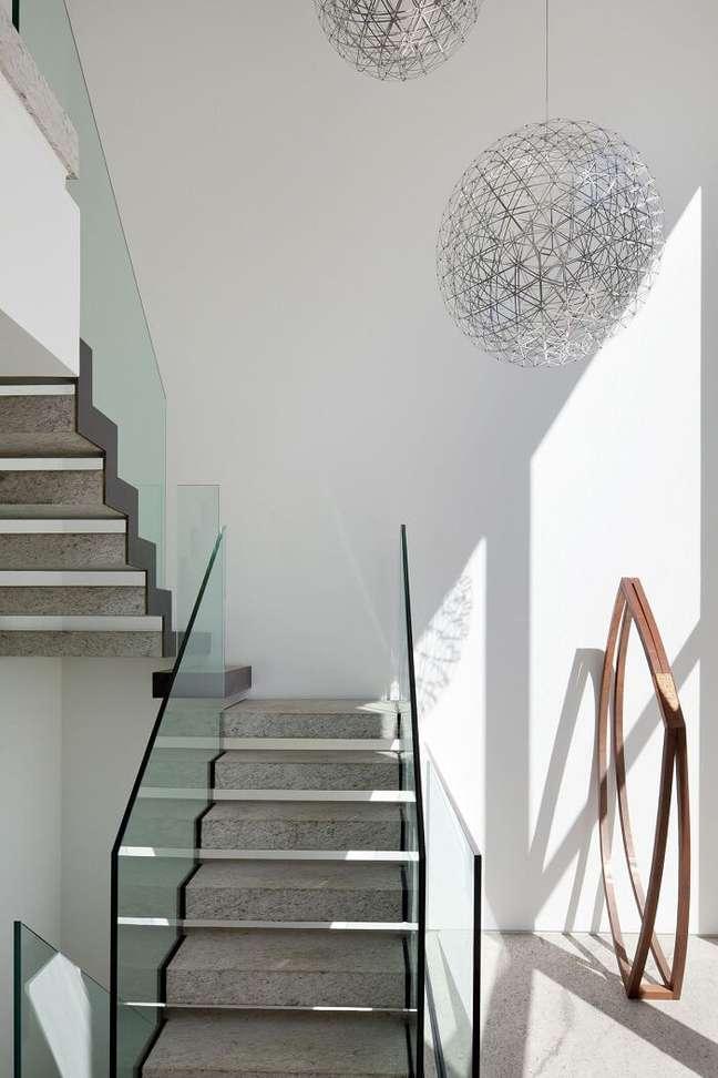 23. Modelo de lustre pendente para escada de mármore. Projeto de Gisele Taranto