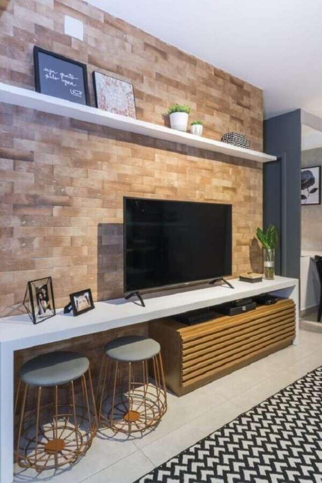 38. Puff banqueta aramado para decoração de sala de TV com parede tijolinho – Foto: Juliana Pires Interiores