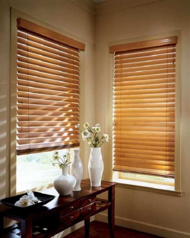 23. A persiana de madeira horizontal traz privacidade para o cômodo. Fonte: Persianet