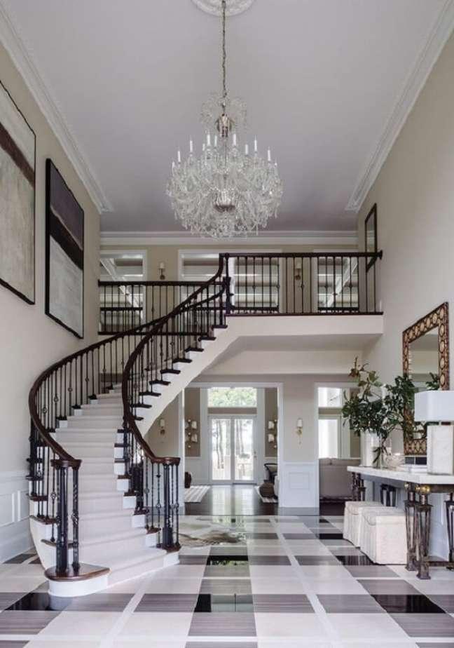 46. Decoração clássica com lustre para escada do tipo candelabro. Fonte: Pinterest