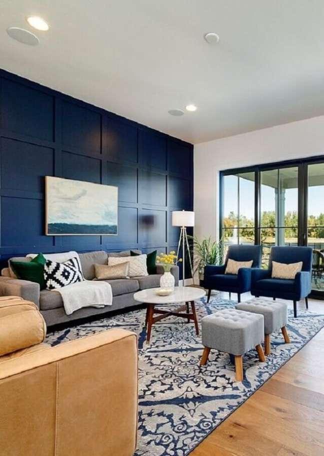 8. Decoração de sala azul com abajur de chão e puff banqueta quadrado – Foto: Home Fashion Trend