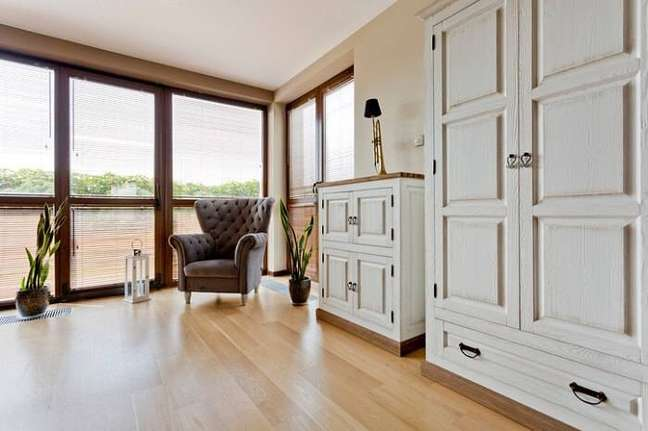 43. Sala clássica com carpete de madeira – Foto Pinterest