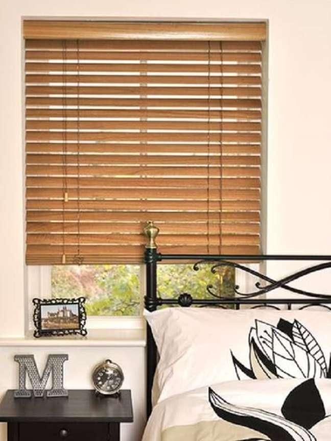 32. Cama de ferro e persiana de madeira para a decoração do quarto. Fonte: Pinterest
