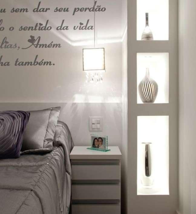 28. Quarto com estante de gesso iluminada – Foto Pinteres