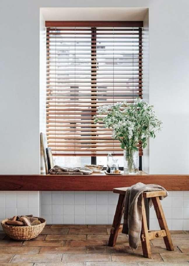 9. A cortina persiana de madeira se encaixa perfeitamente na decoração do ambiente. Fonte: Pinterest