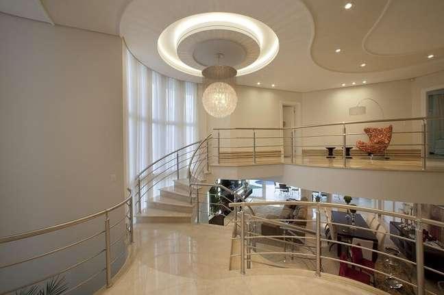 17. O lustre para escada interna de cristais deixa a decoração ainda mais sofisticada. Projeto de Aquiles Nicolas Kílaris