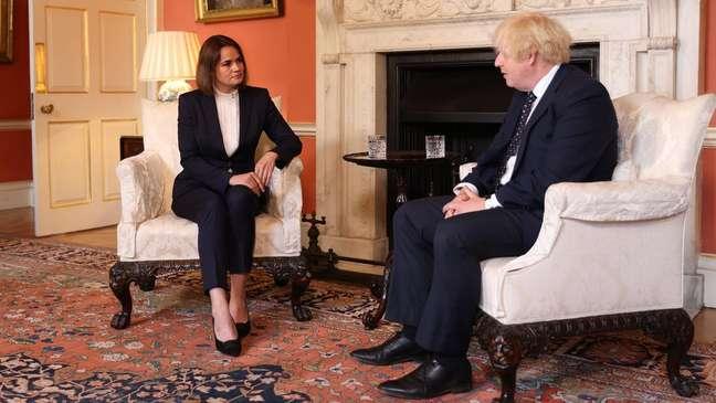 Tikhanovskaya - vista aqui com o primeiro-ministro britânico Boris Johnson em Londres - está em viagem diplomática pela Europa