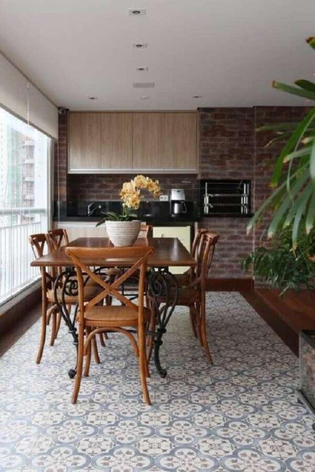 54. Piso antigo para decoração de apartamento com varanda gourmet – Foto: Homify