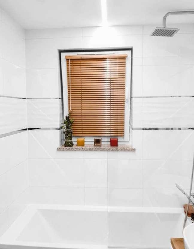 31. A persiana de madeira fica discreta no banheiro. Fonte: Pinterest