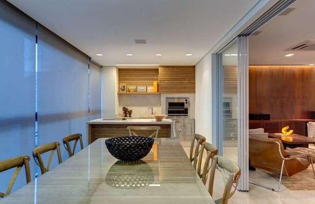 32. Decoração de apartamento com varanda gourmet e sala de estar integrada – Foto: Homify