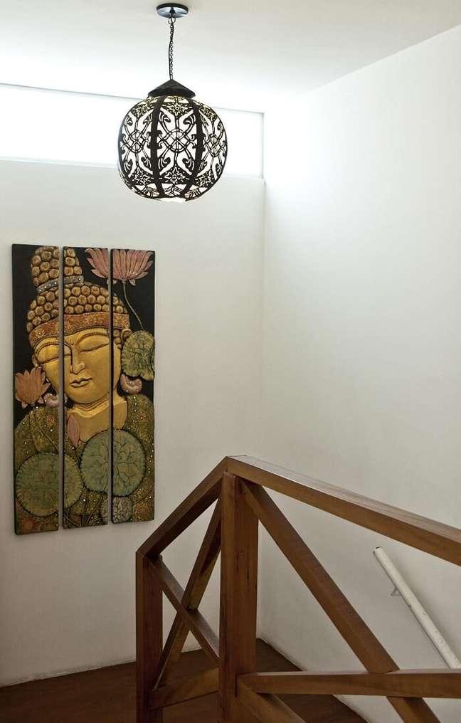 15. O lustre para escada interna se conecta com a decoração do ambiente. Fonte: Cactus Arquitetura