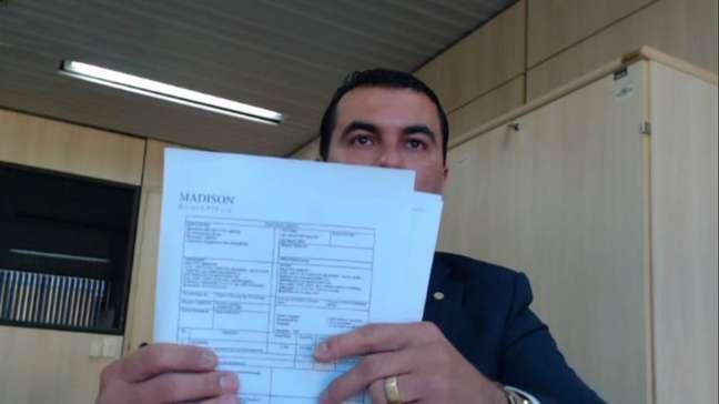 O deputado Luis Miranda mostra nota fiscail irregulardurante depoimento à PF;'Foi apresentado ao presidente', afirma parlamentar