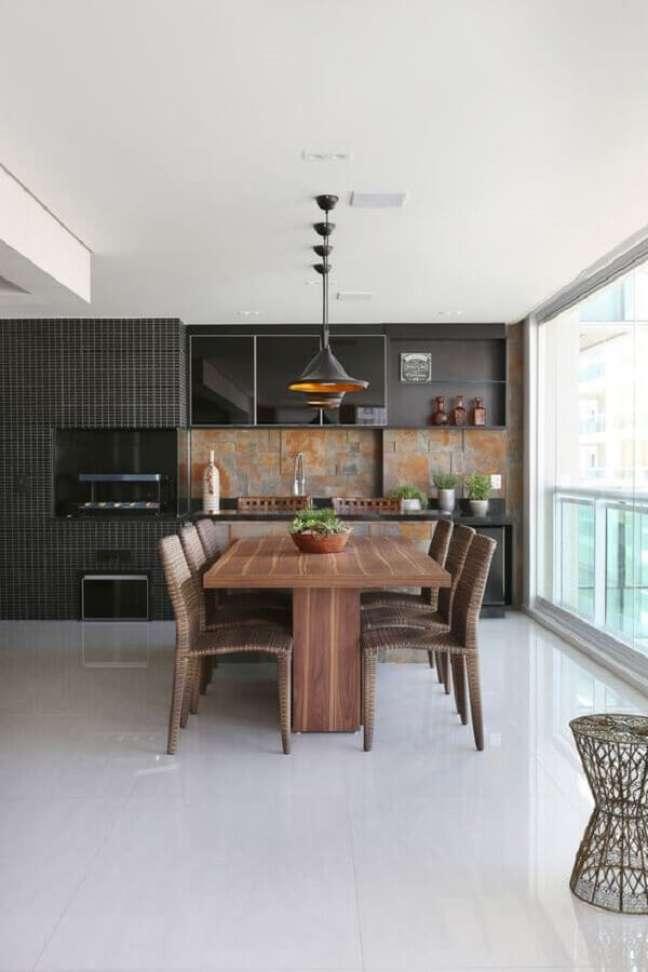 31. Decoração de apartamento com varanda gourmet com revestimento preto – Foto: Mariana Orsi