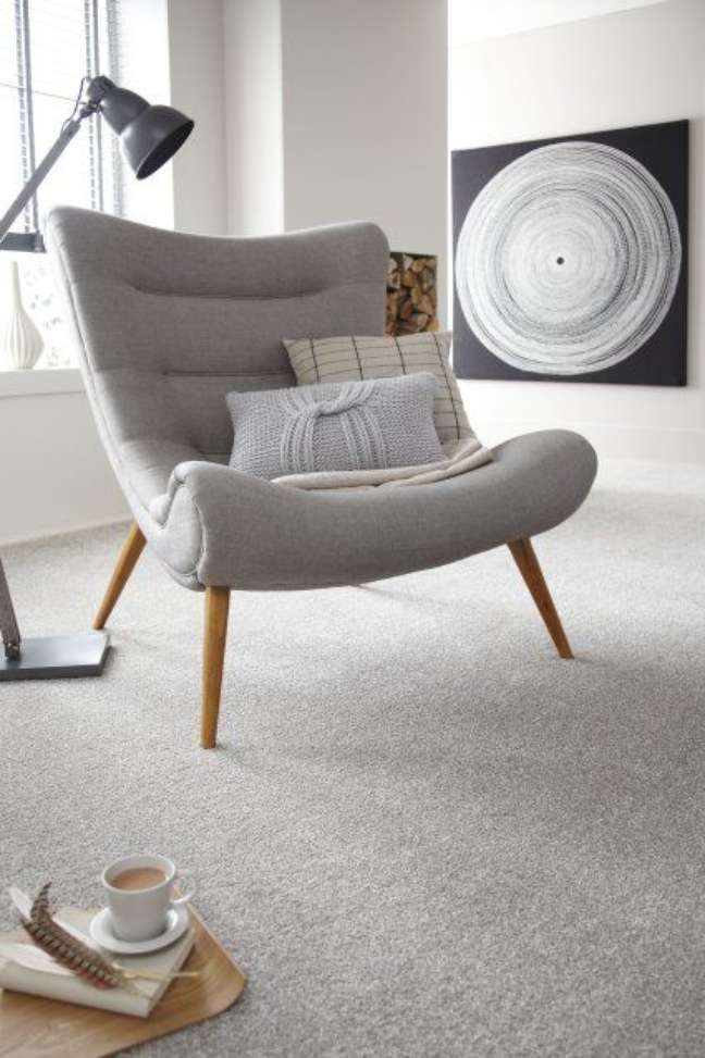 23. Carpete para sala com poltrona cinza – Foto Cormar Carpets