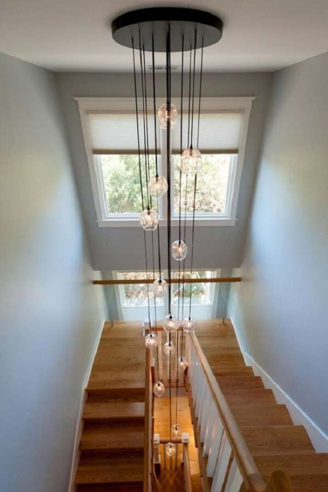34. Lustre para escada de madeira comprido. Fonte: Pinterest