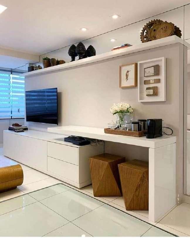 25. Decoração de sala branca com banqueta puff de madeira – Foto: Pinterest