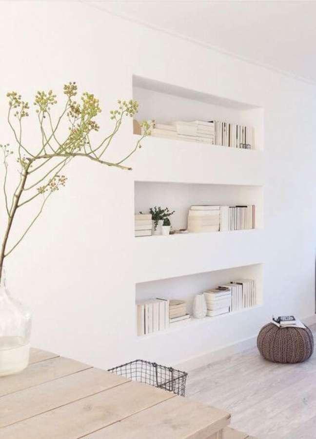 29. Sala com decoração de gesso para livros – Foto Pinterest