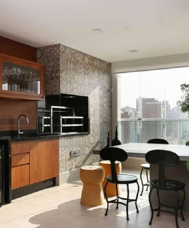 53. Móveis planejados para decoração de apartamento com varanda gourmet e churrasqueira – Foto: Triarq Arq.