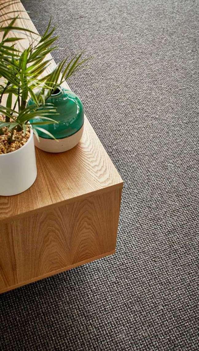 6. Carpete para sala cinza com móveis de madeira na decoração – Foto Godfrey Hirst