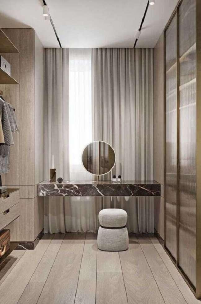 12. Banqueta puff pequena para decoração de closet moderno planejado – Foto: Futurist Architecture