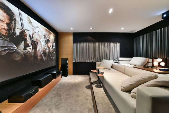 48. Sala de estar aconchegante com carpete cinza – Foto Revista VD