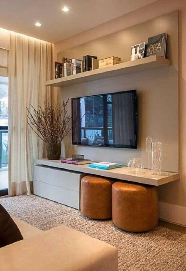 46. Puff banqueta redondo de couro para decoração de sala de TV em cores neutras – Foto: Casa de Valentina