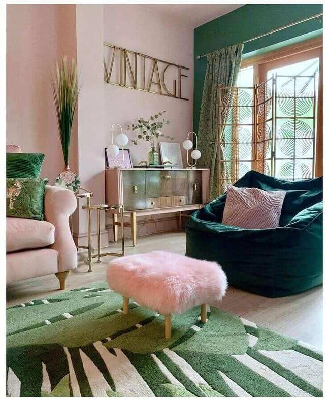 60. Sala rosa e verde decorada com puff banqueta quadrado – Foto: Pinterest