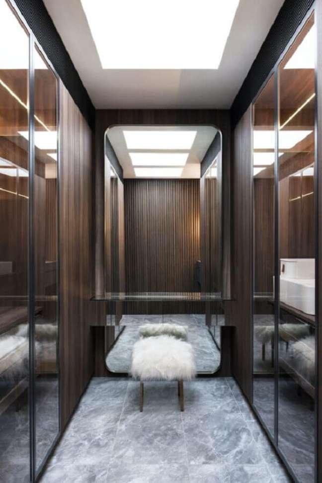 39. Puff banqueta decorativa para closet moderno planejado – Foto: Interiors Addict