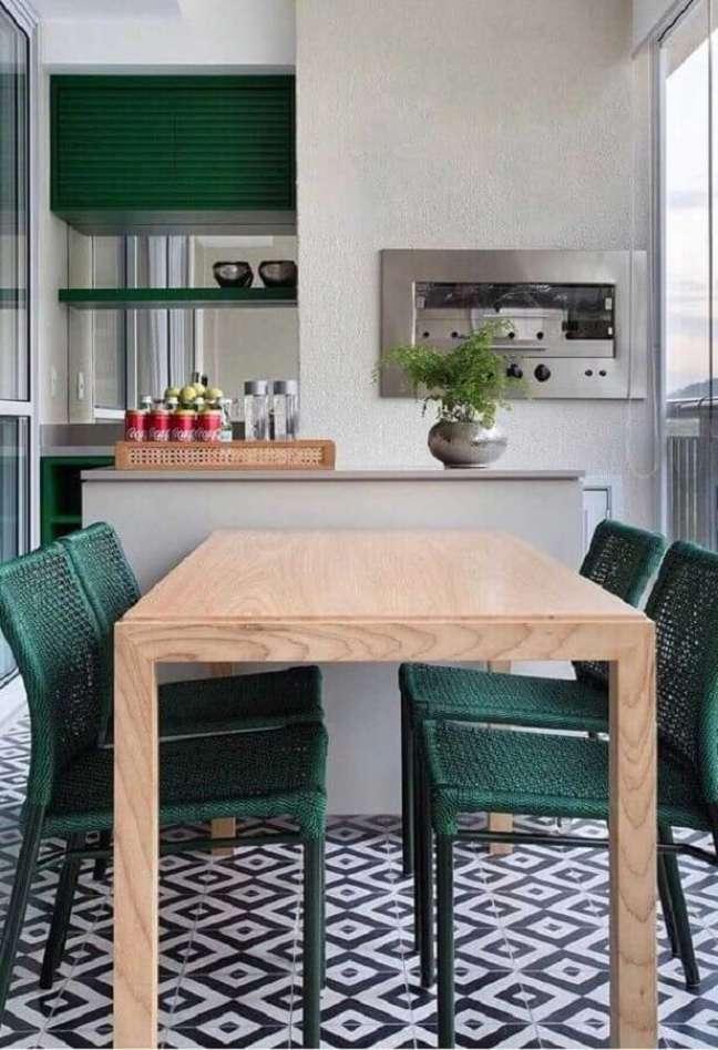 38. Decoração simples com cadeira verde para apartamento com varanda gourmet e churrasqueira – Foto: Dicas de Mulher