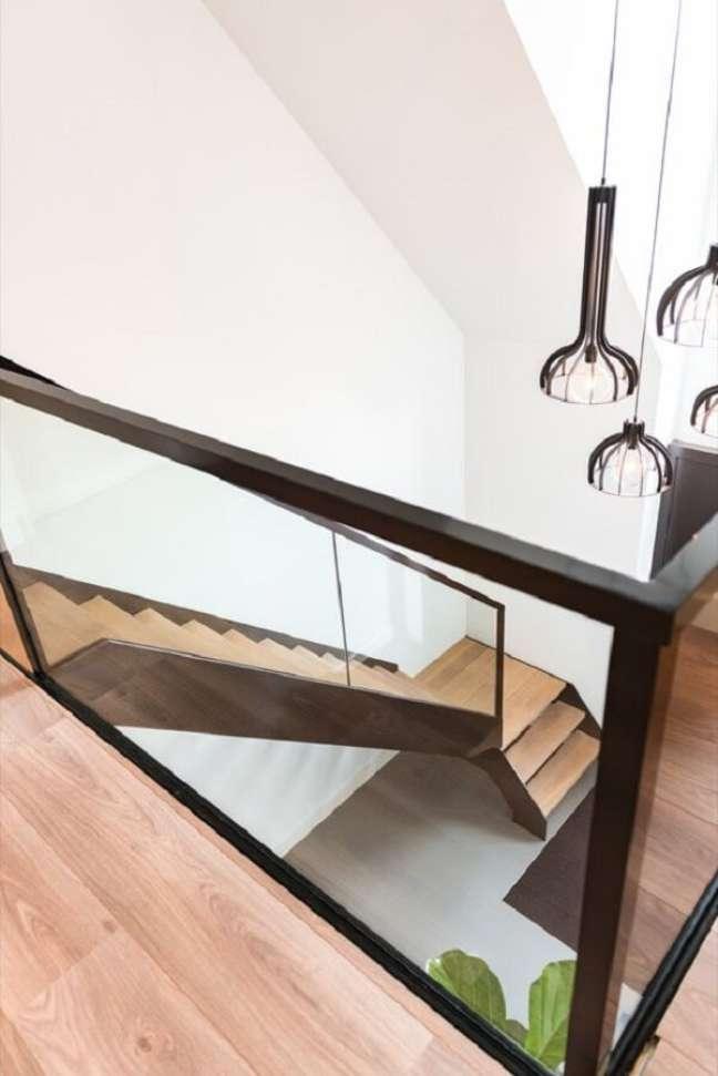 30. Lustre pendente para escada com design moderno. Fonte: Pinterest