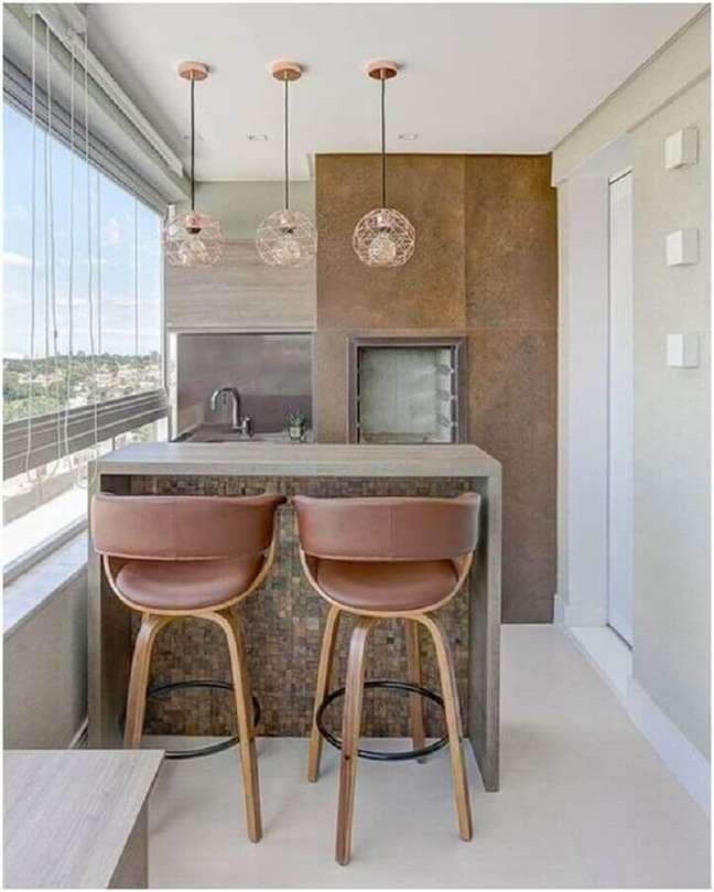 65. Varanda gourmet para apartamento pequeno decorado em cores claras com luminária rose gold – Foto: Pinterest