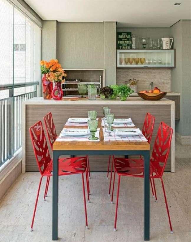 27. Cadeira vermelha para decoração de varanda gourmet para apartamento pequeno – Foto: Pinterest