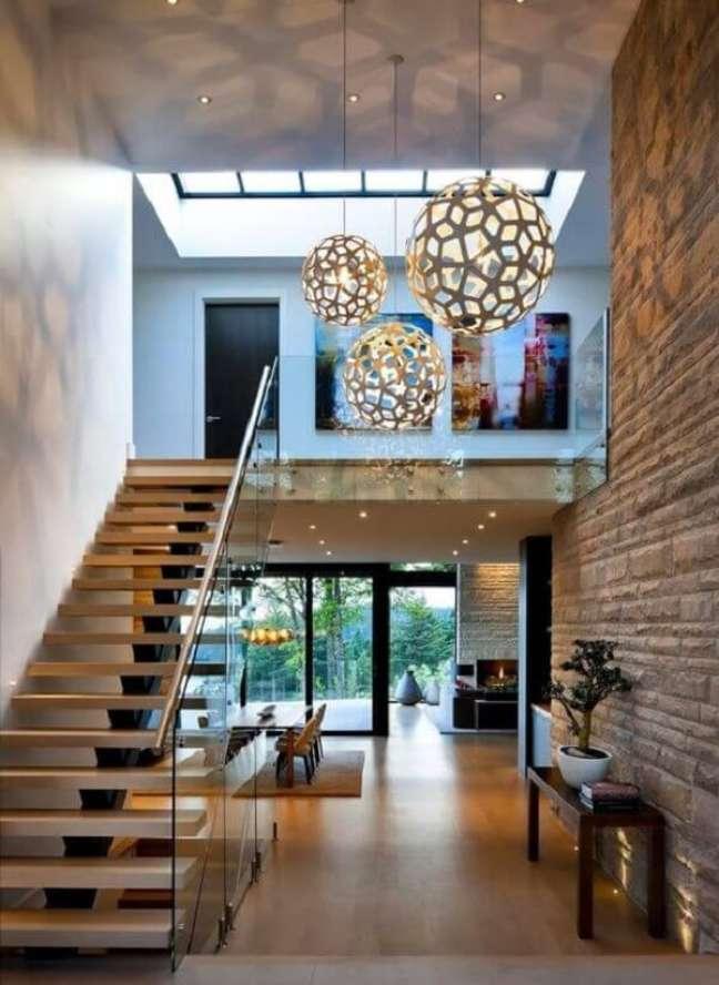 41. Lustre moderno para escada com design redondo. Fonte: Decor e Salteado