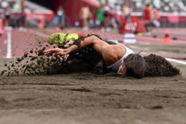 Plaetsen caiu de cara na areia após lesão (Foto: Ben STANSALL / AFP)