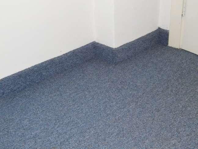 44. Carpete para sala na cor azul com rodapé – Foto Habitissimo