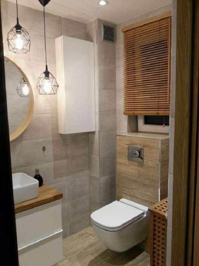 21. A persiana de madeira foi feita sob medida para ao banheiro. Fonte: Pinterest