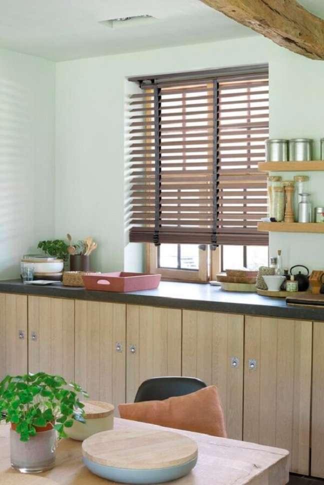 28. A persiana de madeira transmite uma sensação de calor e de aconchego. Fonte: Pinterest