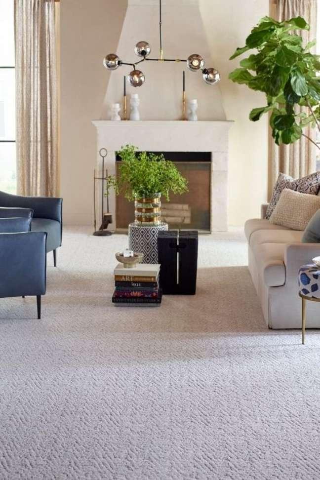 1. Carpete para sala bege com decoração em azul e bege sofisticada – Foto Carpetone