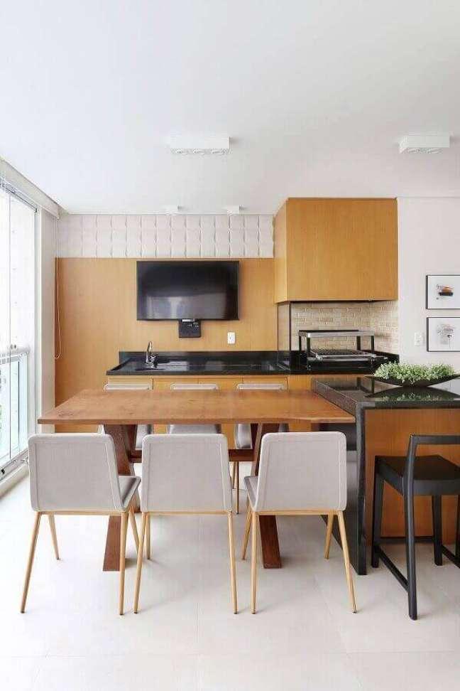 30. Decoração clean com revestimento de madeira para apartamento com varanda gourmet e churrasqueira de vidro – Foto: Renata Popolo